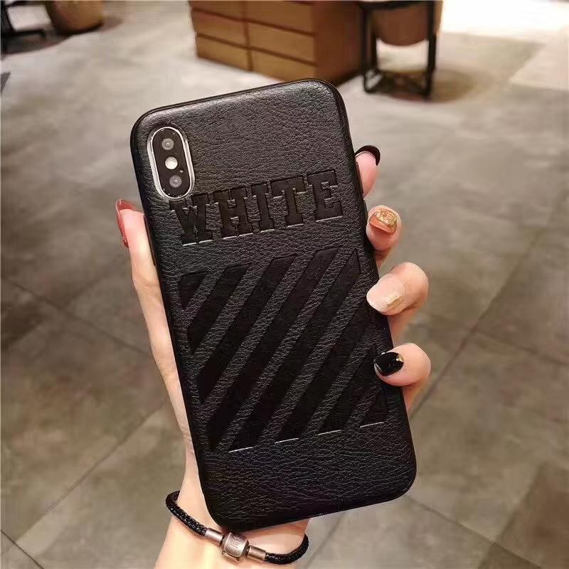 une coque d'iPhone de couleur noire
