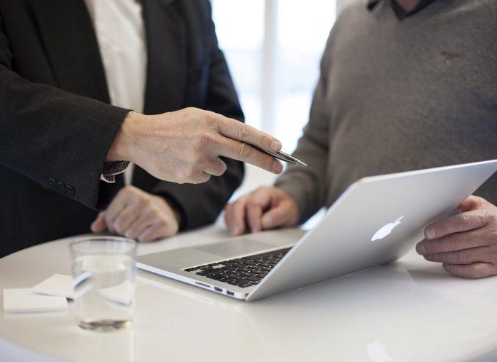 photo de deux personnes en consulting